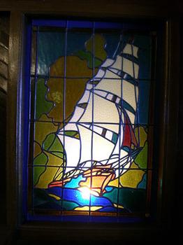 09.06船内のステンドグラス.jpg